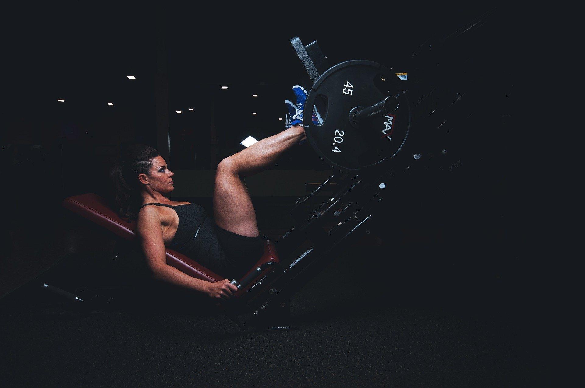 運動する女