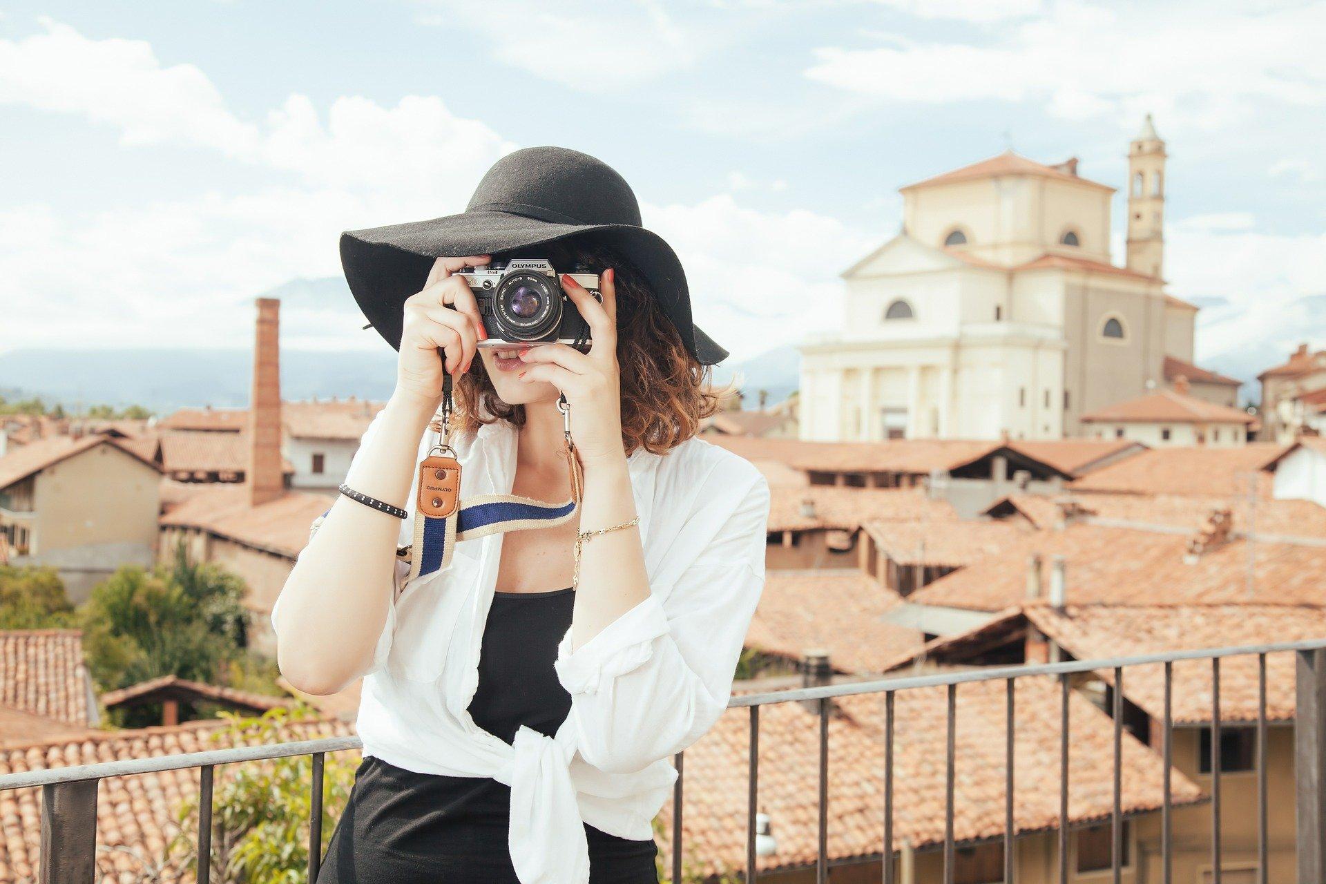 写真を撮る女