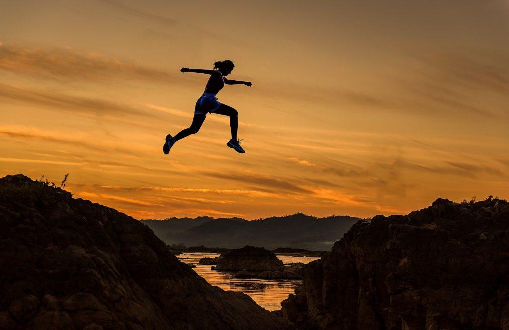 飛び越える女